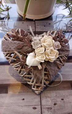 weaving with natural materials, burlap, fabric flowers Valentine Decorations, Valentine Crafts, Christmas Crafts, Christmas Decorations, Valentines, Christmas Ornaments, Wicker Hearts, Wooden Hearts, Deco Champetre