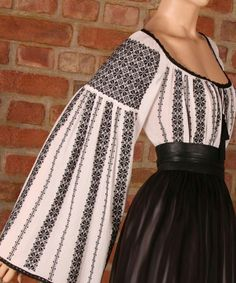 Ie românească tipică Folk Fashion, Fashion Fabric, Hijab Evening Dress, Embroidered Clothes, Kurta Designs, Folk Costume, Peasant Blouse, Skirt Outfits, Corsage