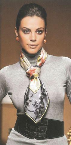 Luce elegante y con estilo con un pañuelo de seda corto. Perfectp para cualquier época del año. #pañuelo #elegancia #foulard