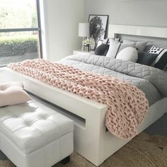 habitaciones juveniles,cama blanca con manta en color gris con muchos cojines en blanco, negro y gris Girls Bedroom, Bedroom Decor, Bedroom Ideas, Bedrooms, Master Bedroom, Chic Dorm, Chic Apartment Decor, Youth Rooms, Cute Room Ideas