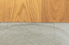 フローリングとモルタルの間にはあえて見切りは設けずフラットに。M様いわく「ルンバもつまずかない」#M様邸板橋本町 #床 #モルタル #廊下 #フローリング #SOHO #EcoDeco #エコデコ #リノベーション #renovation #東京 #福岡 #福岡リノベーション #福岡設計事務所 Rugs, Soho, Home Decor, Farmhouse Rugs, Decoration Home, Room Decor, Small Home Offices, Home Interior Design, Rug