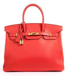 25 x 35 x 18 cm. 2014. Knallige pink-orangefarbene Lederhandtasche mit goldfarbenen Beschlägen. Lederinnenraum mit einem Reißverschluss- und einem Steckfach....