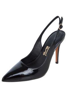 Scarpin Santa Lolla Verniz Show preto, confeccionado em couro. Com salto agulha de 10 cm de altura no tamanho 34. Conta com abertura no tornozelo e bico fino. Interior em material sintético, palmilha macia e solado de poliuretano.