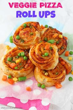 Super easy to make and packed with mixed vegetables, these Veggie Pizza Puff Pastry Roll Ups are sure to go down a treat with the kids for lunch or dinner! Easy Meals For Kids, Kids Meals, Toddler Finger Foods, Toddler Food, Pizza Roll Up, Little Lunch, Veggie Pizza, Veggie Food, Veggie Dishes