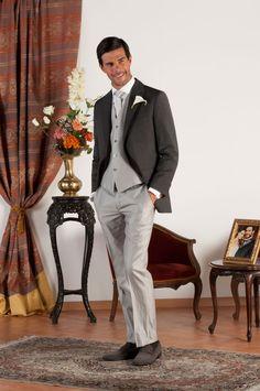 DAVID Abito sartoriale completo con giacca mezzo tight realizzata in fresco di lana grigio con revers a lancia, pantalone e gilet in gessato grigio perla, bottoni in madreperla naturale.