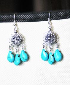 Boucles d'oreille avec pendentif chandelier et perles en turquoise : Boucles d'oreille par lapetitechoppe-bijoux
