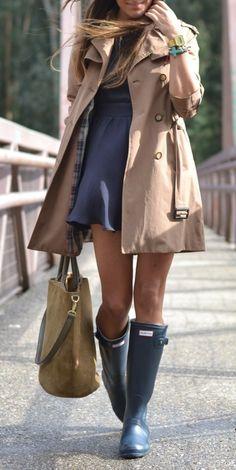 Robe bleue-grise + trench beige + bottes de pluie !
