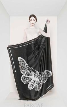Parcae è una nuova linea di foulard in seta dove la ricerca iconografica va di pari passo con la tradizione serica comasca