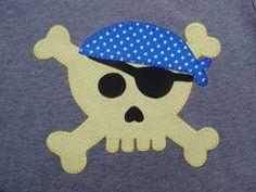 Calavera pirata en amarillo y azul oscuro
