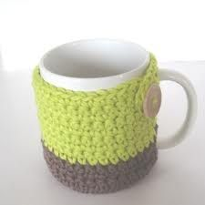 Free Crochet Mug Cozy Pattern- this one has a bottom so it also works as a coaster! Crochet Coffee Cozy, Crochet Cozy, Crochet Gratis, Coffee Cup Cozy, Cute Crochet, Drink Coffee, Coffee Bags, Crotchet, Coffee Maker