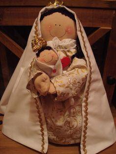 Nossa Senhora do Brasil  confeccionada artesanalmente em tecido, com aplicação de bordados manuais, botões e pedrarias. Acompanha mini terço. R$78,00