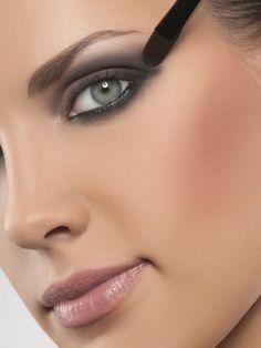 esse tom de blush bronzant é aposta certeira para esquentar o make de inverno. Use cores próximas ao seu tom de pele e prefira os tipos iluminadores.