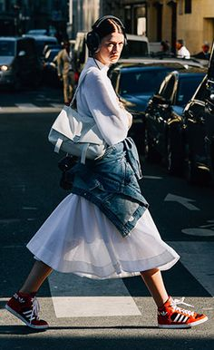 รองเท้าผ้าใบอาดิดาส สีแดงแถบขาวพื้นขาว, New York Fashion Week