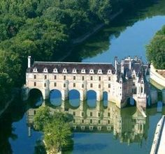 My absolute favorite castle in France.. Chateau de Chenonceau