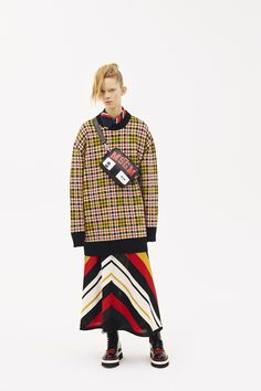 The complete MSGM Pre-Fall 2018 fashion show now on Vogue Runway. Autumn Fashion 2018, Fall Fashion Trends, Fashion News, Fashion Prints, Fashion Design, Knitwear Fashion, Fashion Show Collection, Pattern Fashion, Ready To Wear