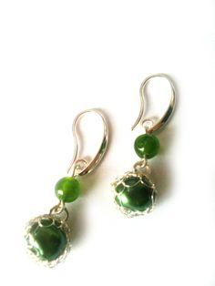 Pendientes de plata tejidos con perla y aventurina verde, antialérgicos. $14.000.-
