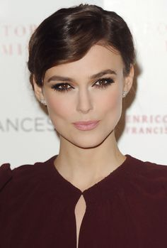 Keira Knightley. Brown smoky eye + mauve lip.