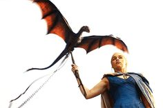 Game Of Thrones - TV Série - books (livros) - A Song of Ice and Fire (As Crônicas de Gelo e Fogo) - blond hair (cabelo loiro) - braid (trança) - Daenerys Targaryen (Emilia Clarke) - Mother of Dragons (Mãe dos Dragões) - Mhysa - Queen (rainha) - Khaleesi - dress - vestido - blue - azul - Baby dragon (bebê dragão) - fly - voar