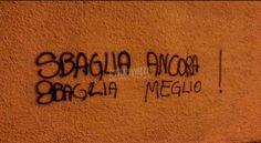 65 frasi sui muri da ridere e amare - VanityFair.it Secret Power, Banksy Graffiti, Love Quotes, Inspirational Quotes, Italian Quotes, Book Markers, Star Wall, Urban Art, Philosophy