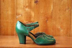 vintage 1940s shoes / 40s green peeptoe heels by honeytalkvintage