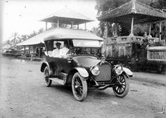 Straatgezicht met auto in Oeboed. 1910 -1930