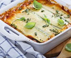 Lasagna is delicious any time of the year, but in the summer fresh zucchini abounds. Use it to make keto-friendly lasagna. Zucchini Lasagna Recipes, Veggie Lasagna, Pollo Mechado, Chicken Parmesan Meatballs, Baked Chicken, Dairy Free Low Carb, Low Carb Lasagna, Healthy Zucchini, Tofu