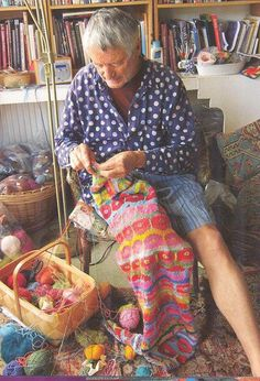 (Colour Master) Kaffe Fassett Celebrates 50 Years in Textiles Knitting Blogs, Knitting Projects, Knitting Patterns, Knitting Humor, Blanket Patterns, Knitting Designs, Laine Rowan, Textiles, Knit Picks
