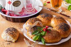 Překvapte rodinu houskovým věncem k snídani. Snadno ho vytvoříte s pomocí koláčkové formy. Každý si bude moct utrhnout houstičku s posypem, který se mu líbí.