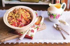 Slimming World's pear and rhubarb crumble is a delicious guilt-free dessert that can be rustled up in no time. The perfect Sunday treat Slimming World Puddings, Slimming World Cake, Slimming World Desserts, Slimming World Recipes, Healthy Cake Recipes, Dessert Recipes, Diabetic Recipes, Pudding Recipes, Rhubarb Crumble