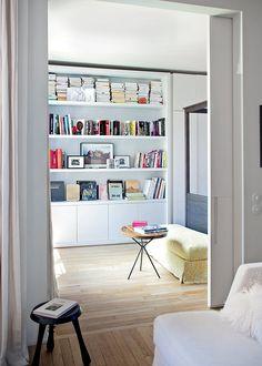 Une grande bibliothèque blanche dans la chambre