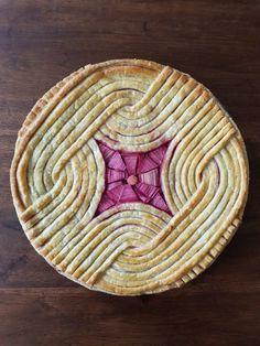 The rhubarb and apple pie with modern geometric top crust looks good after baking. No Bake Desserts, Just Desserts, Dessert Recipes, Pie Crust Designs, Pies Art, Rhubarb Pie, Pie Dessert, How Sweet Eats, Food Art