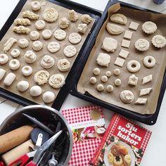 Bildresultat för trolldeg kakor Crafts To Do, Crafts For Kids, Diy Crafts, Diy Dollhouse, Dollhouse Miniatures, Ikea Childrens Kitchen, Toddler Play, Play Food, Salt Dough
