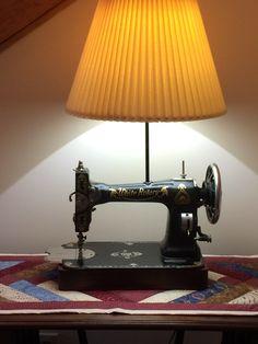 Sewing Machines White treadle sewing machine has new life. Treadle Sewing Machines, Easy Sewing Projects, Repurposed Furniture, Gadgets, Fabric, Top, Lights, Tejido, Tela