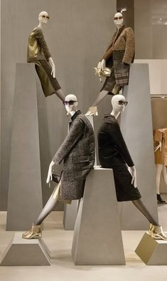 Max Mara windows 2014 Fall, Milan – Italy window display -looks like a contemp mannequin pyramid. A good use vertical space. Fashion Window Display, Fashion Displays, Window Display Design, Window Displays, Visual Merchandising Displays, Visual Display, Stockman Mannequin, Vitrine Design, Mannequin Display