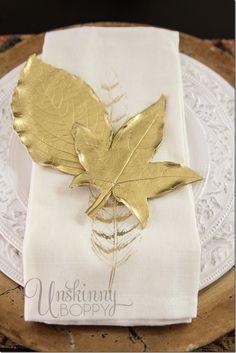 Modelar y pintar con aerosol dorado o plateado y colocar en el plato de cada invitado (otro souvenirs para ellos)