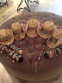 Melissimo | Iene Miene Mud Ibiza look accessoires zoals hairfeathers en brede leren armbanden en hoeden. Now in Store