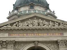 Budapest. A timpanon alatt olvasható a Szentírásból vett krisztusi mondat: EGO SUM VIA, VERITAS ET VITA. vagyis: Én vagyok az út, az igazság, az élet.