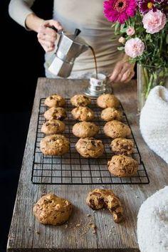 Una ricetta perfetta per preparare i cookies, i deliziosi biscotti americani con cioccolato e nocciole. Per me è una di quelle ricette che non ti fa venir voglia di sperimentarne altre