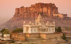 O Forte de Mehrangarh é um forte localizado em Jodhpur, no estado de Rajastão, Índia. Construído por Rao Jodha por volta de 1460, é um dos maiores fortes da Índia, situado a 125 metros acima da cidade e cercado por imponentes paredes grossas.