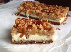 Cheesecake s jablky, drobenkou a slaným karamelem / Apple cheesecake with salted caramel