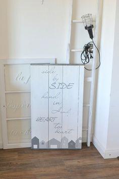 Eine echte alte Schaltafel (Holz mit Alueinfassung) habe ich weiß gestrichen, mit Häusern bemalt und mit einem Schriftzug versehen. Es ist sehr groß, lässt sich toll auch nur anlehnen. Bei Bedarf...