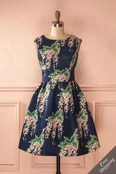 Toutes avaient enfilé leur plus belle robe pour le concert.  Everyone had put on their most beautiful dress for the concert.  Navy floral print a-line dress https://1861.ca/collections/products/hermaline