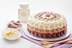 Un gâteau à étage tout chocolat décoré de crème au beurre légère.