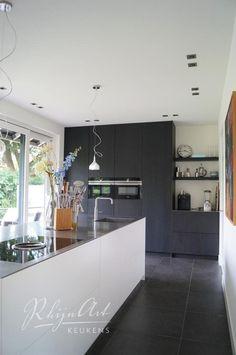 Grey Kitchen Tiles, Kitchen Flooring, Farmhouse Interior, Interior Design Kitchen, Upper Cabinets, Kitchen Cabinets, American Kitchen, Dinner Room, Cuisines Design