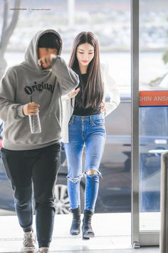 College Looks, Airport Style, Airport Fashion, Asian Woman, Kpop Girls, Rain Jacket, Girl Fashion, Windbreaker, Singer