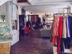 präsentiert die besten Second Hand Shops in Wien Second Hand Shop, Second Hand Clothes, Best Oven Cleaner, Trendy Outfits, Fashion Outfits, Second Hand Furniture, Slip And Fall, Mode Shop, Two Hands