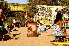Entspannter Beachclub mit viel latainamerikanischer Live-Musik und Wiege großartiger Bands wie Seeed ( #berlin #fhain #friedrichshain #music #reggea #jamaican #beach #latin #hiphop #jammen #dancehall #music #bar) >>Yaam - a jamaican club in Friedrichshain, Berlin. #yaam #refreshingdrinks #beachbar