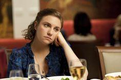 """""""Entre el porno y las comedias románticas nos llega el mensaje alto y claro de que lo estamos haciendo todo mal. Nuestras sábanas no están bien. Nuestros movimientos no están bien. Nuestros cuerpos no están bien. Así que cuando me ofrecieron la oportunidad de hacer la serie ('Girls'), hice lo que he venido haciendo durante casi cinco años en producciones mucho más independientes: me desnudé y fui a por ello""""   10 frases inspiradoras de Lena Dunham: Lena Dunham en una escena de 'Girls'."""