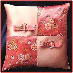 和風リングピロー/紅色金襴とサーモンサテンの市松スタイル