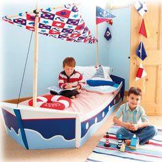 Mit diesem tollen Kinderbett in Form eines Segelbootes segeln kleine Kapitaine über die großen Weltmeere und quer durchs Kinderzimmer.    Der Segelmast aus Holz und das mit Marinemotiven bedruckte Segel lassen das Bett wie ein richtiges Segelboot aussehen. Ein großer Spaß für begeisterte Seefahrer!    Mehr Infos und kaufen:  www.mytoys.de/Kinderbett-Schiff-90-x-190-cm/Einzelbetten/Kinderbetten/KID/de-mt.fu.ca01.01.06/2432895